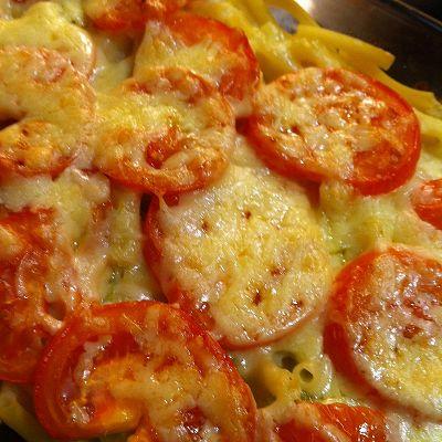 Makkaroni-Porree-Auflauf mit Cheddar und Tomaten überbacken