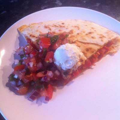 Paprika-Quesadillas mit Schmand und Tomatensalsa