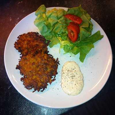 """Süßkartoffelrösti dazu """"Sweet Chili""""-Schmand und grüner Salat"""