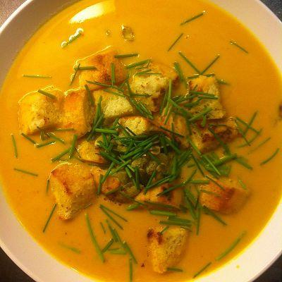 Kürbissuppe mit selbstgemachten Croutons, Kürbiskernen und Schnittlauch