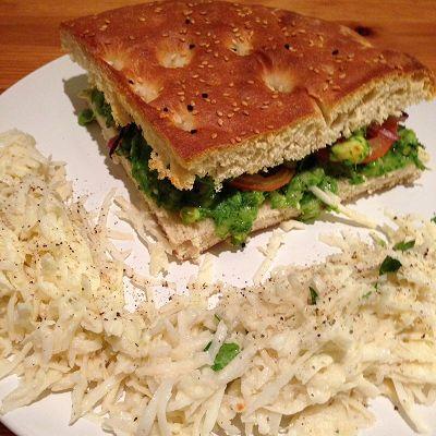 Fladenbrot-Sandwich dazu Sellerie-Krautsalat (Vegetarisch)