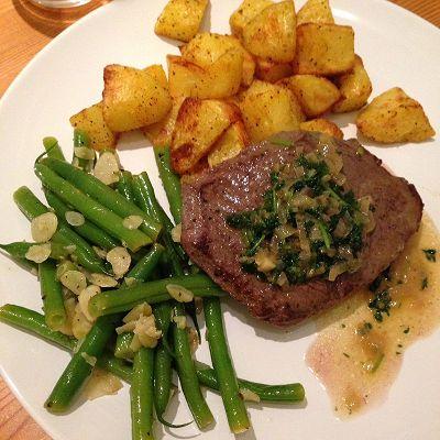 Rinderhüftsteak mit Kartoffelecken, Bohnen in Zitronen-Vinaigrette dazu Kerbelkrautsosse