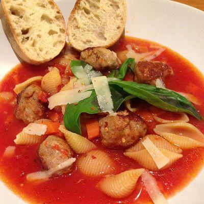 Tomaten-Nudelsuppe mit Salsiccia-Fleischbällchen dazu Ciabatta