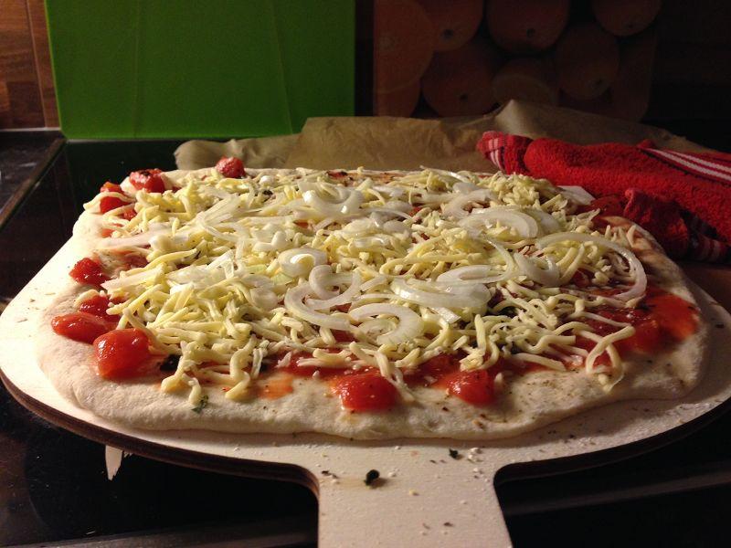 Pizza Tonno é Cipolla wie vom Italiener (vor dem Backen)