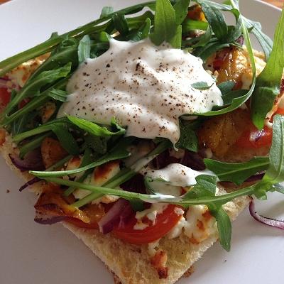 Vegetarische Fladenbrotpizza dazu Korianderjoghurt