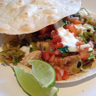 Quesadillas mit Putenstreifen, Porree, Tomatensalsa und Limettenjoghurt