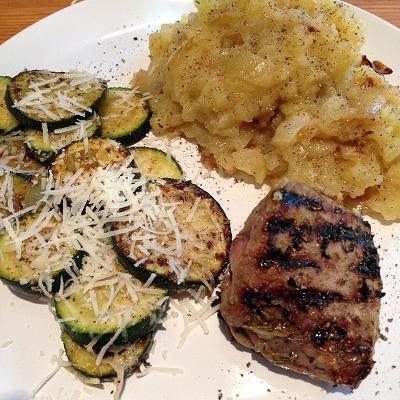 Lammsteaks in Rosmarin-Knoblauch-Marinade dazu Röstzwiebel-Kartoffelstampf und Parmesan-Zucchinischeiben