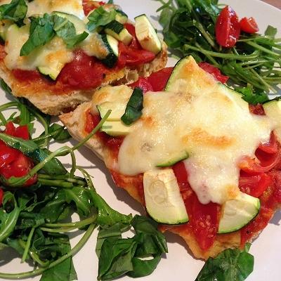 Zucchini Pizzabaguette dazu Rucola-Tomaten-Salat