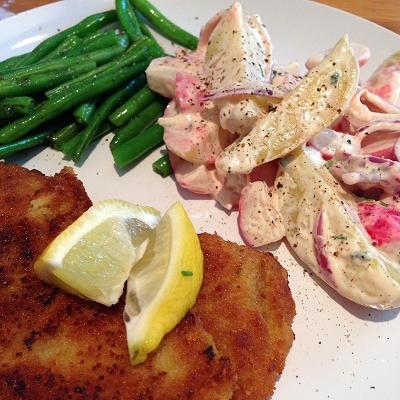 Panierte Schweineschnitzel dazu Radieschen-Kartoffel-Salat & Grüne Bohnen