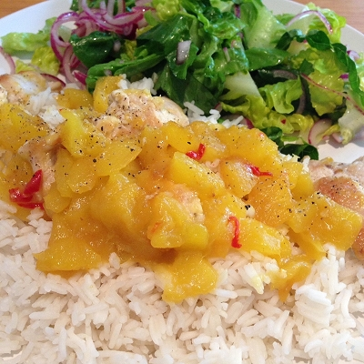 Putenfleisch in scharfer Mango-Sauce dazu Basmatireis und grüner Salat