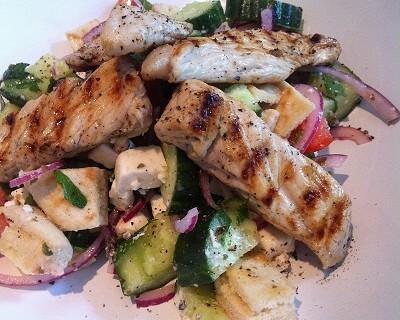 Griechischer Salat mit Feta, Tomate, Pitabrot und Putenbruststreifen