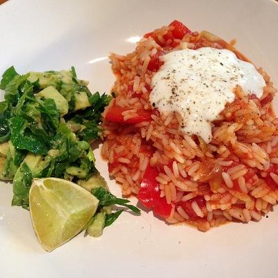 Tomaten-Paprika-Reis dazu Avocado-Petersilien-Salat