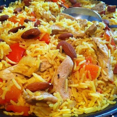 Tomaten-Paprika-Reispfanne mit Schweinelachsstreifen und Mandeln