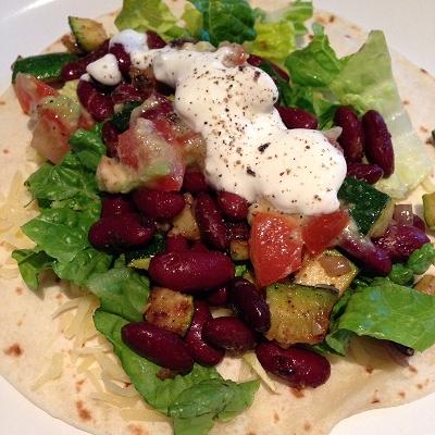 Zucchini-Kidneybohnen-Wraps mit Tomaten-Avocado-Salsa