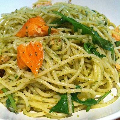Spaghetti mit Rucola-Mandel-Pesto und Stremellachs