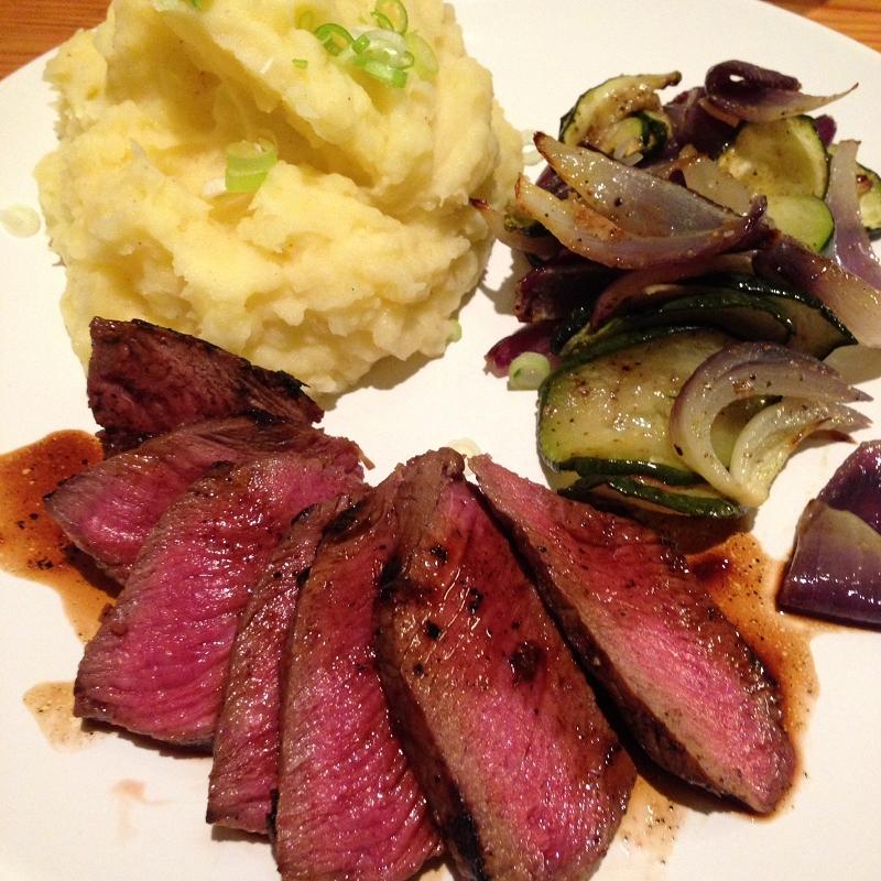 """Rosa gebratenes Rinderhüftsteak """"Asia"""" mit Zucchinigemüse & Kartoffelstampf"""
