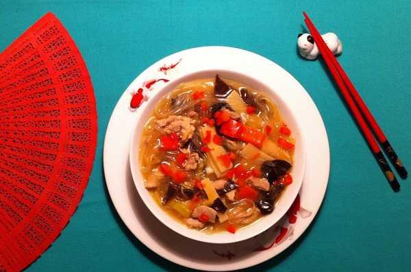 Asiatische Suppe mit Schweinefleisch