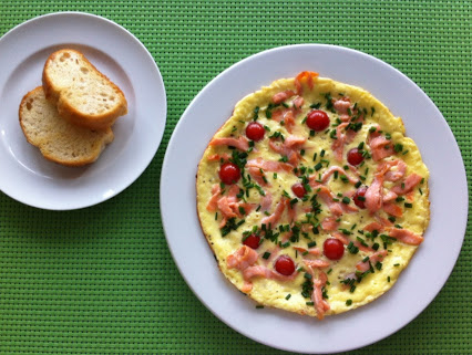 Eierkuchen mit Tomaten und Räucherlachs