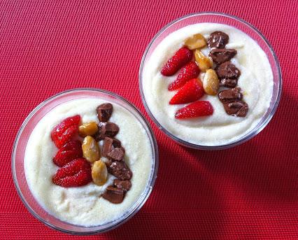 Grießbrei mit Mandelkrokant, Schokolade und Erdbeeren