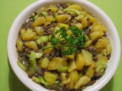Kartoffelsalat mit Gurke und Linsen