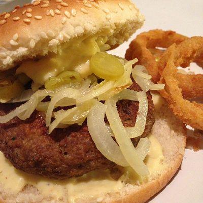 Chili-Cheese-Burger mit selbstgemachter Käsesauce dazu Zwiebelringe