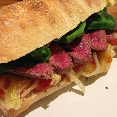 Steak Sandwich mit Mozzarella, Tomaten und… Steak Sandwich
