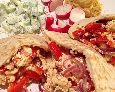 Vegetarisch gefüllte Pita-Taschen dazu Gurken-Sahne-Kefir, Kichererbsencreme & Radieschen