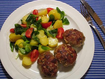 Geflügel-Frikadellen und Kartoffel-Feldsalat mit Kirschtomaten