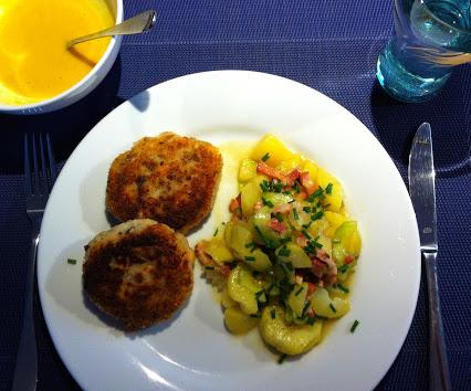 Fischfrikadellen mit Kartoffel-Gurken-Speck-Salat und Senf-Honig-Dip