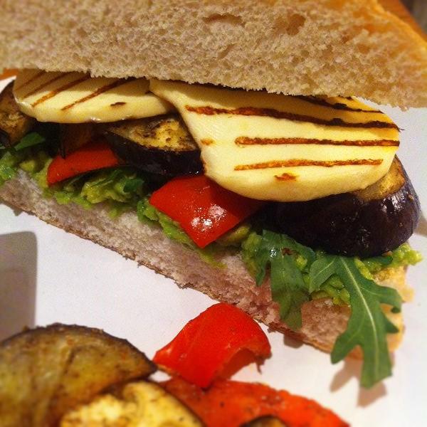 Vegetarisches Grillkäse-Sandwich mit Rucola, Aubergine, Paprika & Avocadocreme