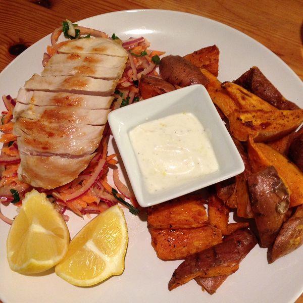 Hähnchenbrustfilet auf Möhren-Zwiebel-Salat dazu Süßkartoffelecken & Knoblauchjoghurt