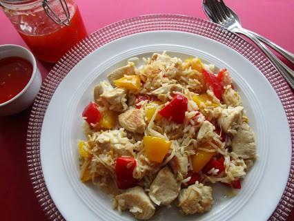 Hähnchenbrust mit Reis und süßer Chilisauce © Monika Cartwright