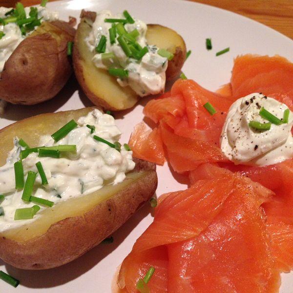 Kartoffeln mit Gurken-Kräuter-Quark dazu Räucherlachs und Meerrettichschmand