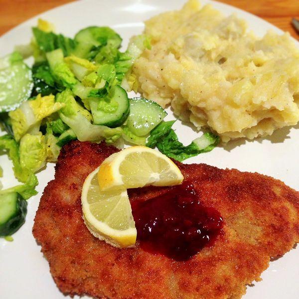 """Panierte Schweineschnitzel """"Wiener Art"""" dazu Kartoffelstampf und Salat"""