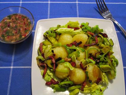 Salat mit Miniknödeln, Lauch und Speck-Vinaigrette