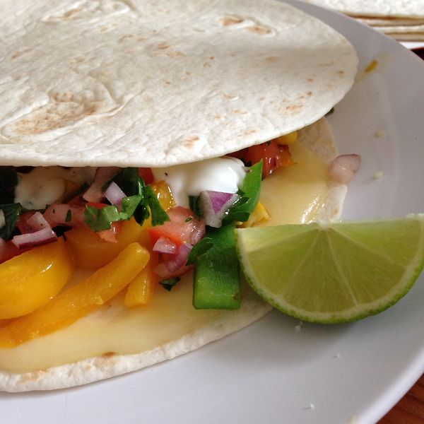 Vegetarische Paprika-Mais-Quesadillas mit Tomatensalsa