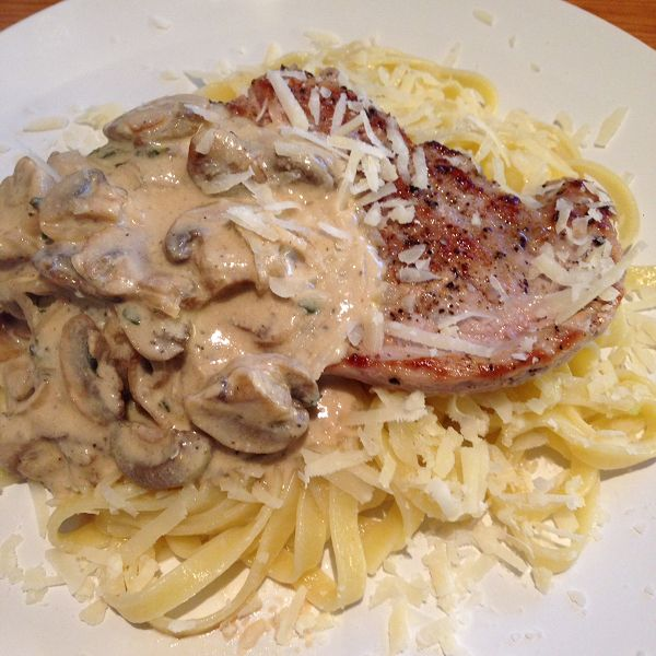 Schweinerückensteak auf Bandnudeln mit Champignon-Crème-Fraîche-Sauce