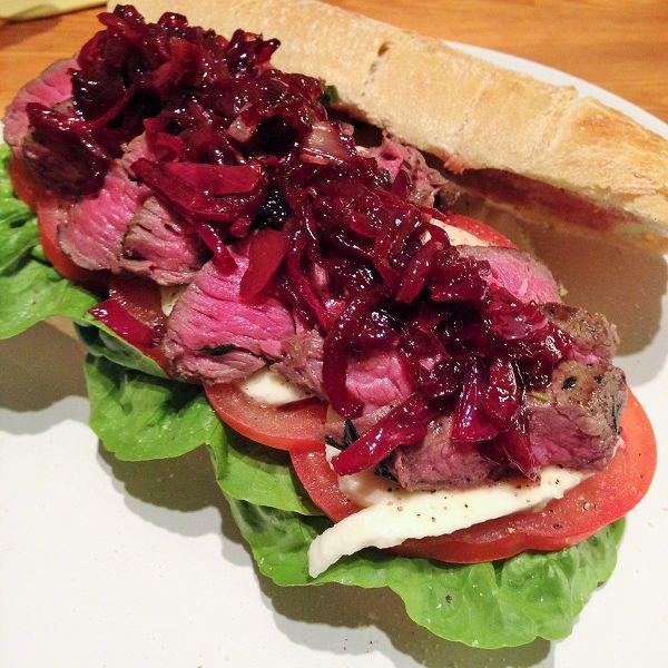 Ciabatta Steak Sandwich mit Mozzarella, Tomaten und Balsamicozwiebeln