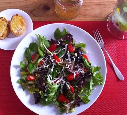 Grüner Spargel mit Erdbeeren und Pflücksalat