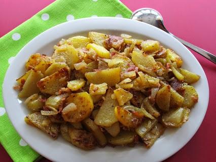 Rohe Bratkartoffeln mit Speck und Zwiebeln © Monika Cartwright
