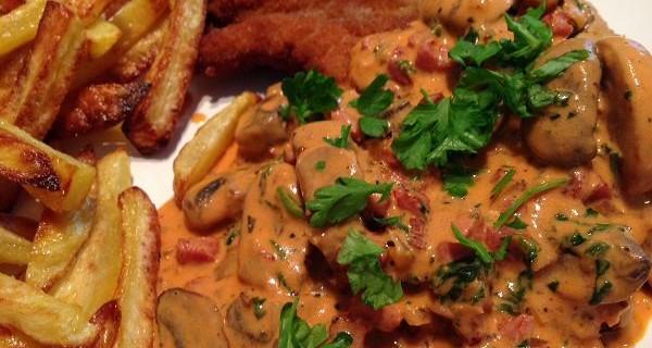 Jägerschnitzel mit selbstgemachter Jägersauce/Champignon-Sahne-Sauce dazu Ofenpommes