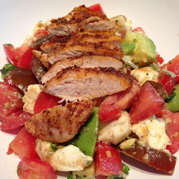 Tomaten-Mozzarella-Salat mit Hähnchenbruststreifen