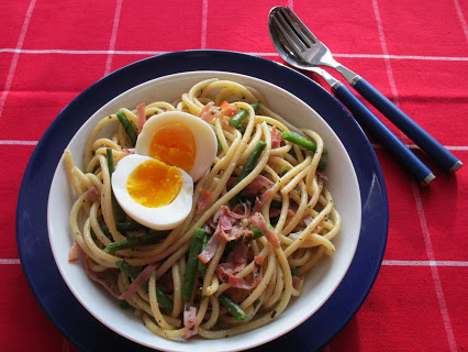 Makkaroni mit grünen Bohnen, Schinken und Ei