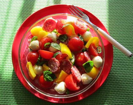 Tomaten-Paprika-Salat mit Mozzarella und Salami