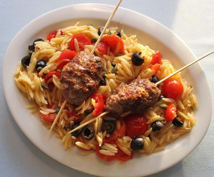 Ćevapčići mit Risoni-Salat © Monika Cartwright