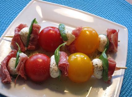Tomaten-Mozzarella-Spieße mit Schinken & Salami © Monika Cartwright