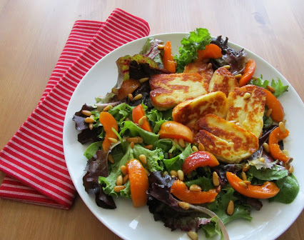 Lettuce with Halloumi and apricots