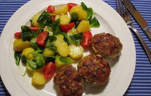 Geflügel-Frikadellen mit Kartoffel-Feldsalat & Kirschtomaten © Monika Cartwright