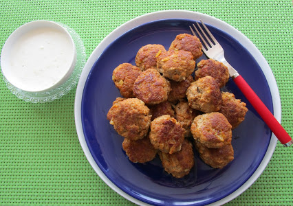 Meatballs with yoghurt dip