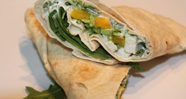 Vegetarische Dürümrollen mit Fetakäse, Rucola, Paprika & Za'atar-Limetten-Joghurt